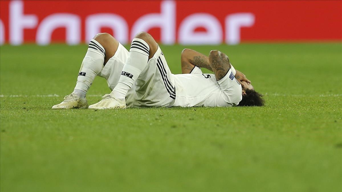 Marcelo se lamenta del golpe que recibió en su tobillo derecho en el Bernabéu.