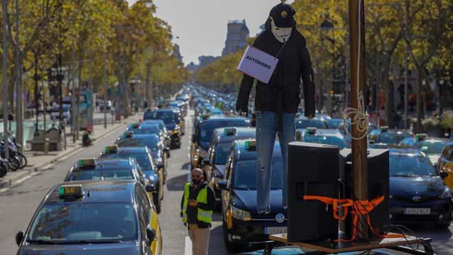 Marcha lenta de taxistas por el centro de Barcelona para pedir ayudas frente al covid-19.