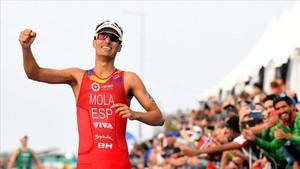 Mario Mola celebra su tercer título mundial al cruzar la meta en segunda posición en Gold Coast.