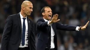 Massimiliano Allegria da instrucciones a sus jugadores ante la mirada de Zinedine Zidane.