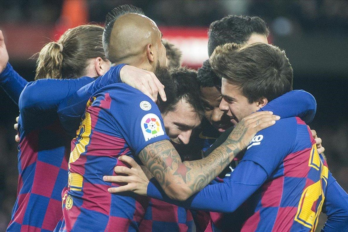 Messi se abraza a Ansu Fati y Riqui Puig tras el primer gol