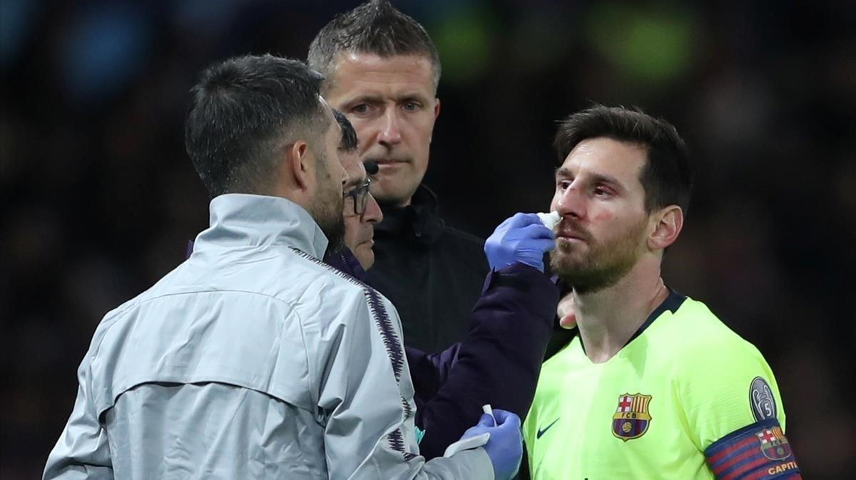 Messi, atendido por los servicios médicos del Barça.