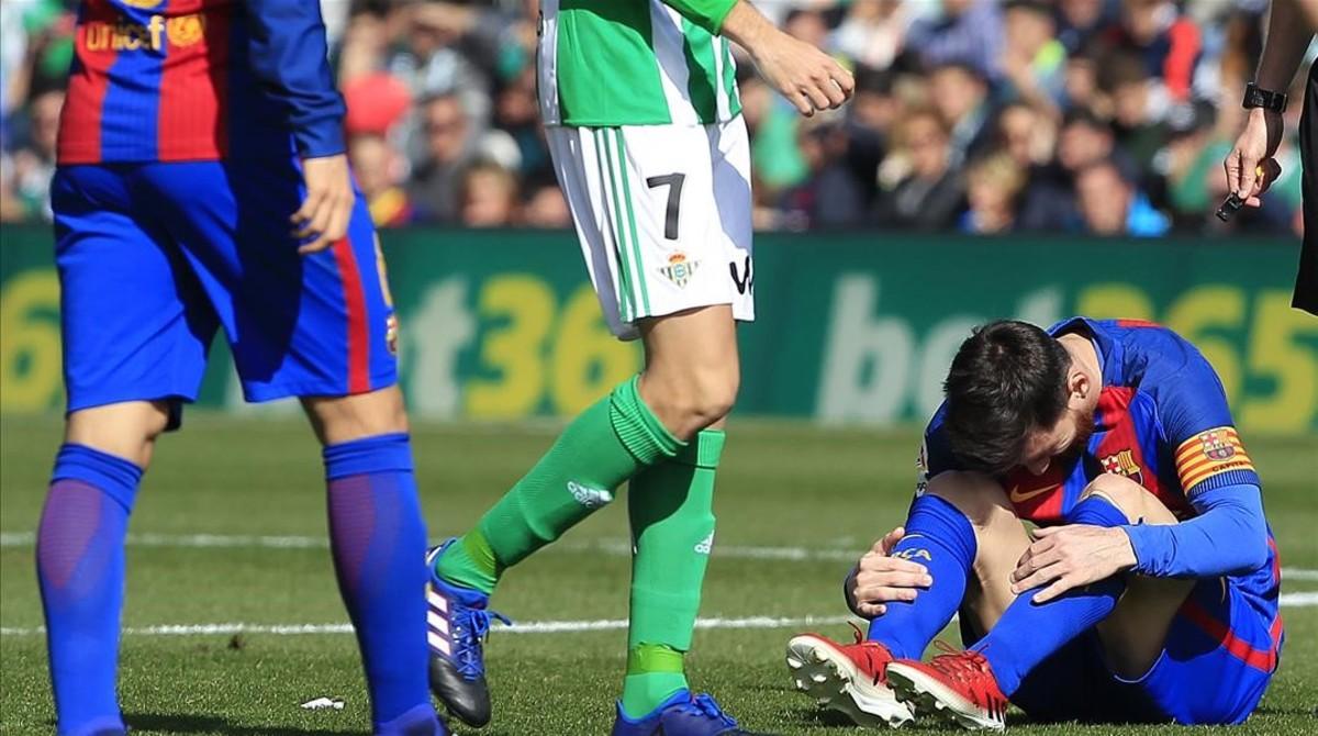 Messi se lamenta en una jugada del Betis-Barça en el Villamarín.