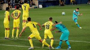 Messi lanza una falta que se estrelló en el larguero de Sergio Asenjo.