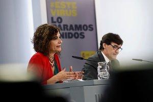 La ministra de Hacienda y portavoz del Gobierno, María Jesús Montero, con el titular de Sanidad, Salvador Illa, este 20 de octubre tras la reunión semanal del Ejecutivo en la Moncloa.