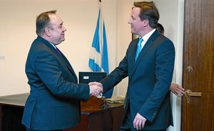 El ministro principal de Escocia, Alex Salmond (izquierda) estrecha la mano del 'premier' británico, David Cameron, en Edimburgo en el 2012.