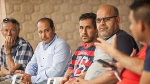 Mohamed, en el centro, durante el encierro de inmigrantes en Can Serra, en LHospitalet de Llobregat.