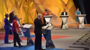 Momento del debate organizado por la BBC, con Boris Johnson interviniendo y Sadiq Khan (arriba, segundo por la derecha) escuchando con atención, en Londres, este martes.