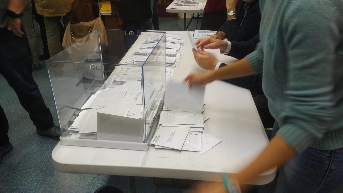 Momento del recuento de votos en un colegio electoral.