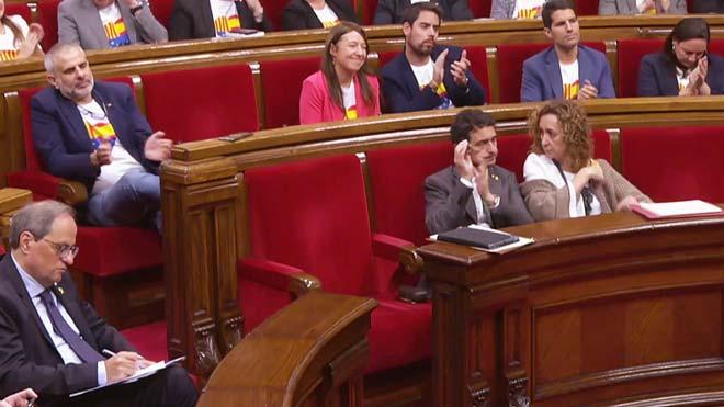 Momento en que Calvet aplaude la intervención de Roldán en el Parlament, este jueves