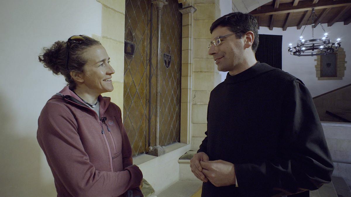 Núrica Picas charlando con un monje de Montserrat