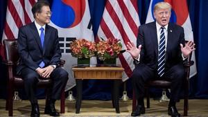 Moon Jae-in escucha a Trump durante una declaración del presidente de EEUU a la prensa, en el Palace Hotel, en Nueva York, el 21 de septiembre.