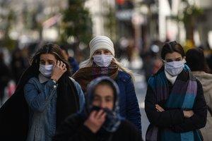 Mujeres turcas con mascarillas en Estambul.