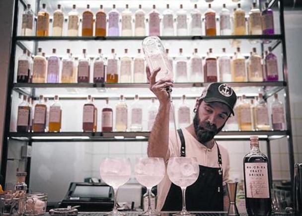 Narciso Bermejopreparando una de sus 'medicinas' en la barra de Macera