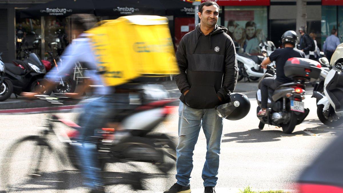 Entrevista con Nasir, un 'rider' de la empresa digital de reparto Glovo.