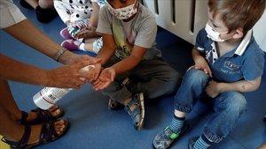 Niños con mascarilla en un colegio de Navarra.