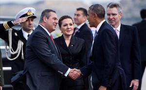 Obama, a su llegada al aeropuerto de Atenas, donde ha sido recibido por el ministro griego de Defensa,Panagiotis Kommenos.