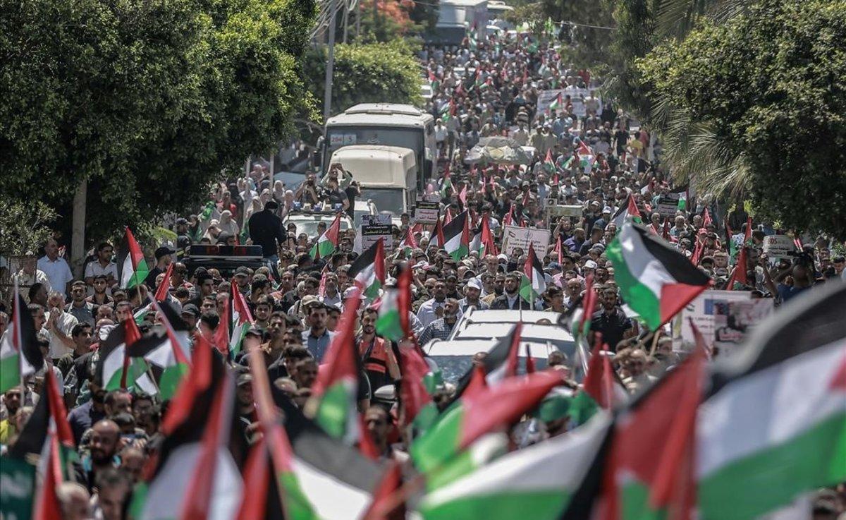 Palestinos de Gaza protestan por los planes de anexión de Israel.