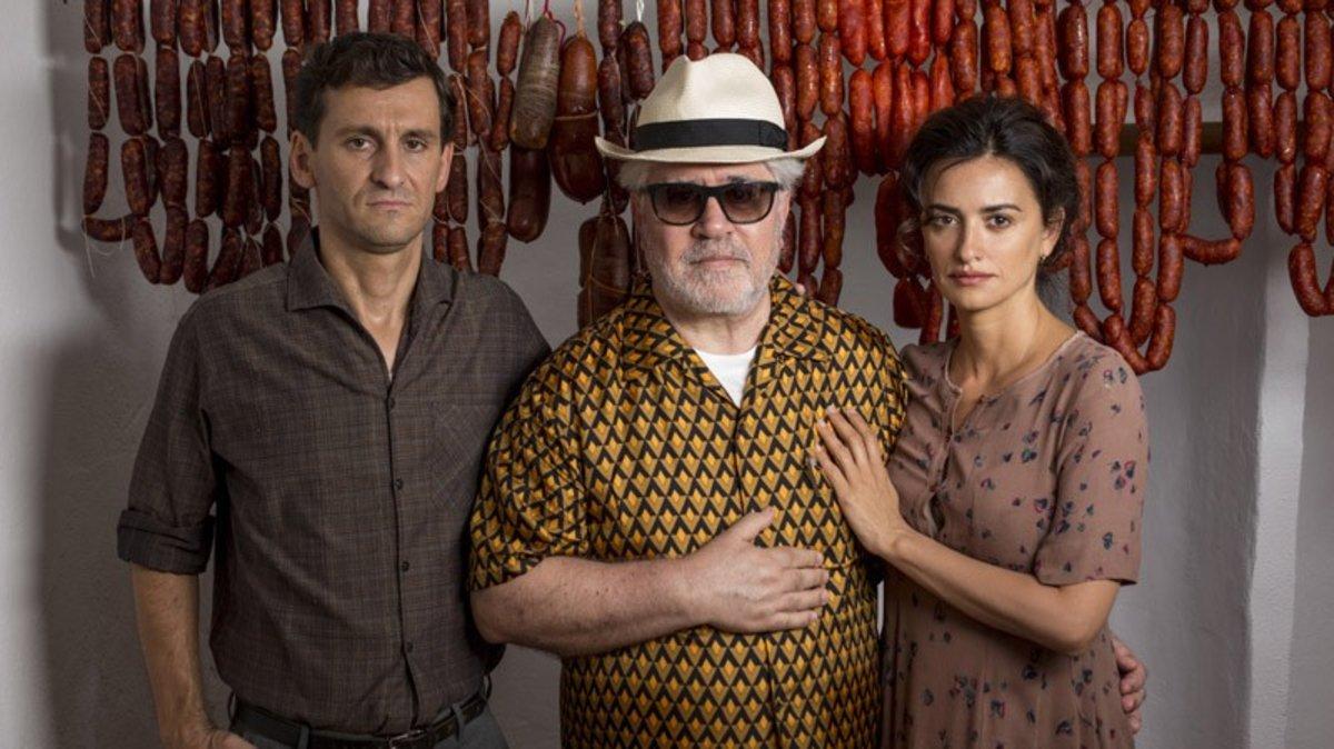 Pedro Almodóvar, con Raúl Arévalo y Penélope Cruz, en una imagen promocional de 'Dolor y gloria'