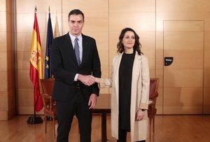 Pedro Sánchez e Inés Arrimadas posan antes de su reunión en el Congreso.