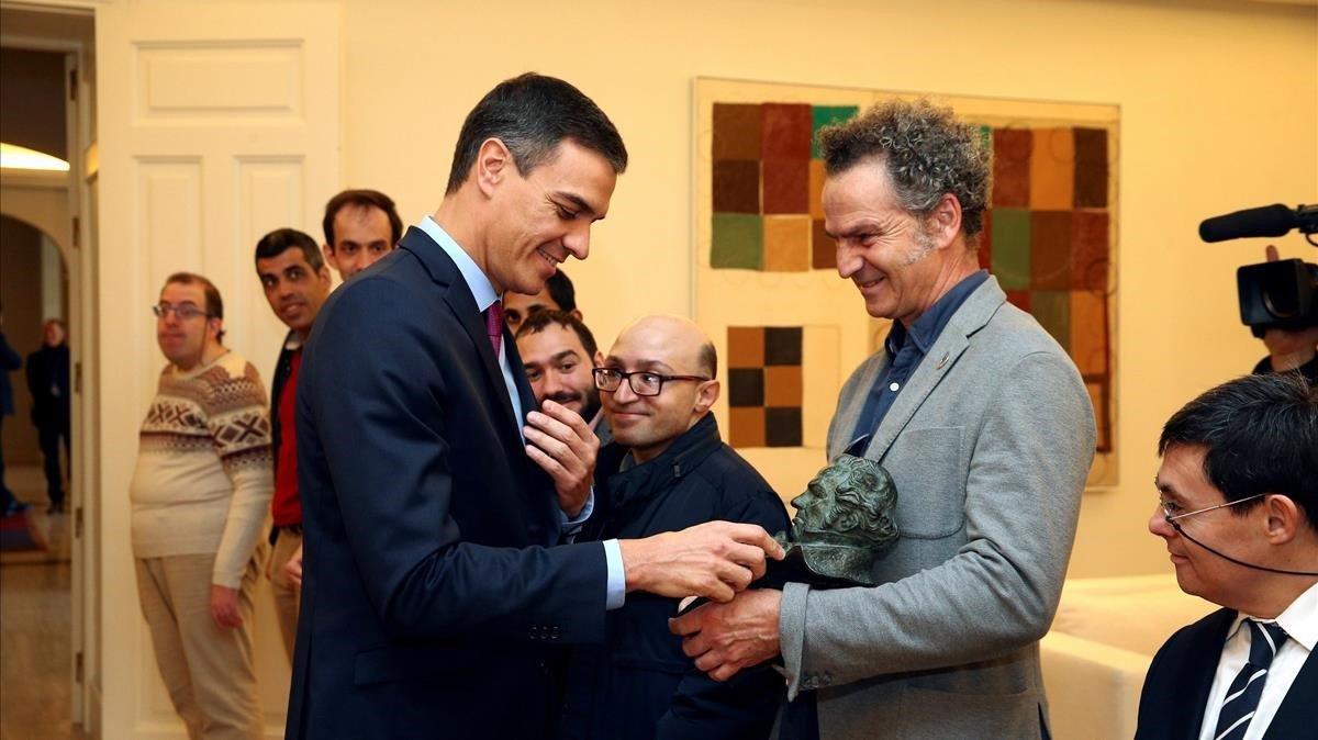 Pedro Sánchez, recibiendo a los ganadores del Goya.