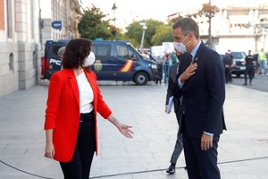 Pedro Sánchez y la presidenta de la Comunidad de Madrid, Isabel Díaz Ayuso, el pasado 21 de septiembre en la Puerta del Sol, sede de la Presidencia del Gobierno autonómico.