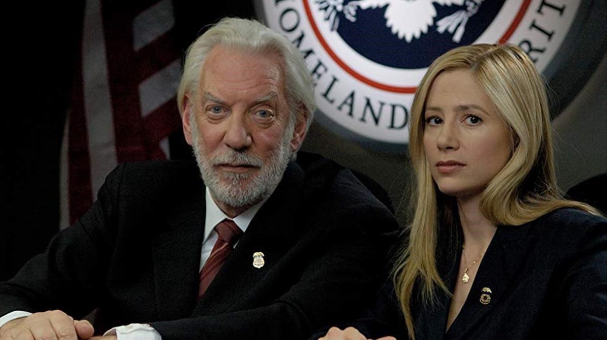 Donald Sutherland y Mira Sorvino, en la película 'Tráfico humano'.