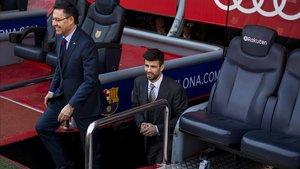 Piqué se asoma al Camp Nou junto a Bartomeu en la renovación que firmó en el 2018.