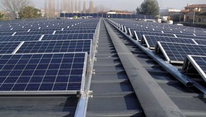 Placas fotovoltaicas instaladas en un tejado de Barcelona.