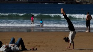 Donostiarras y visitantes disfrutan de otro día soleado en la playa, el pasado fin de semana.