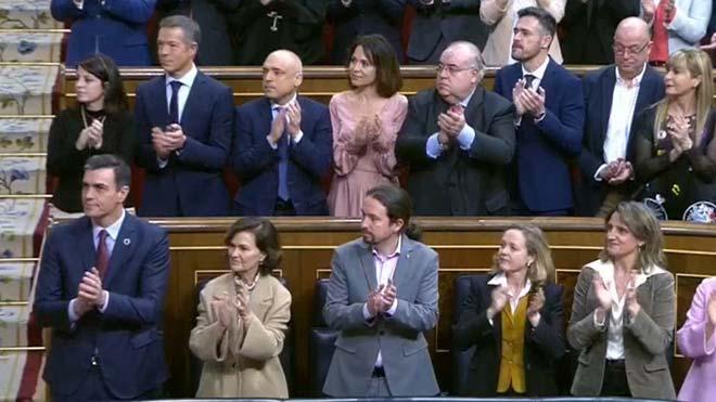 Iglesias aplaudeix Felip VI, però els diputats morats no