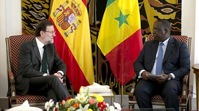 El presidente del Gobierno, Mariano Rajoy, durante la reunión que ha mantenido en Dakar con el presidente senegalés, Macky Sall.