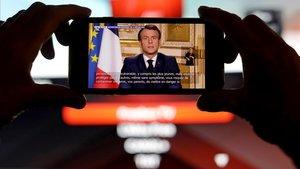 El presidente francés, Emmanuel Macron, se dirige a la nación para explicar las medidas adoptadas sobre el coronavirus, este lunes.