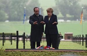 El presidente francés, François Hollande, y la cancillera alemana, Angela Merkel, depositan flores en el cementerio alemán de Consenvoye en la conmemoración los 100 años de la batalla de Verdún.