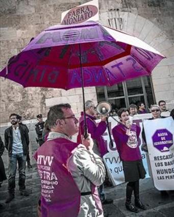 PROTESTAS 8Extrabajadores de RTVV, ante la Generalitat valenciana.