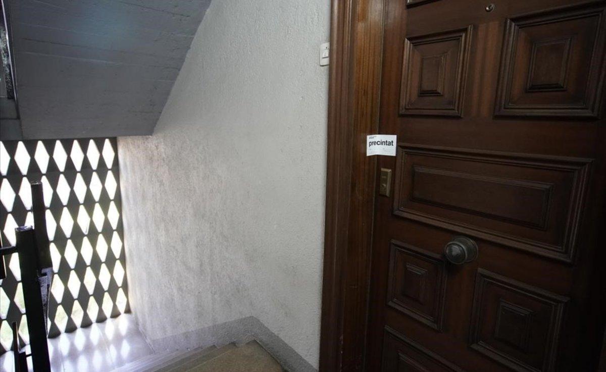 La puerta del domicilio de la mujer hallada muerta, precintada.