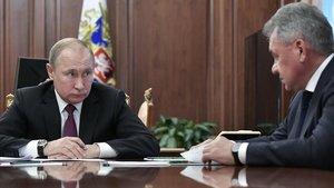 Vladimir Putin con su ministro de Defensa,Sergei Shoigu, durante la reunión mantenida en el Kremlin.