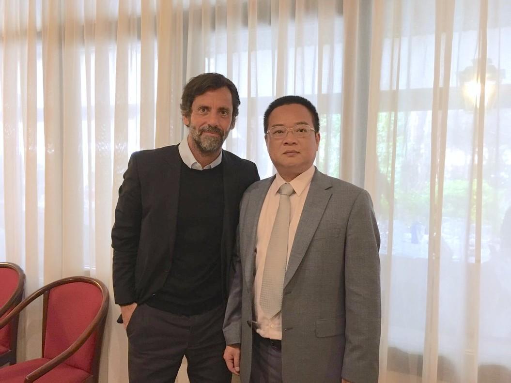 Quique Sánchez Flores posa junto a Chen Yansheng tras sellar el contrato.