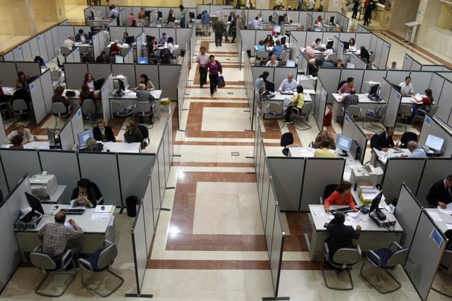 REBAJA DEL IRPF. Una oficina de Hacienda, durante la campaña de la renta.
