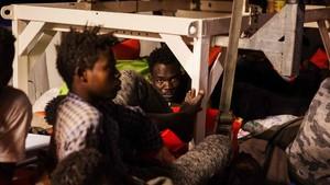 Refugiados a bordo del barco humanitario Lifeline.