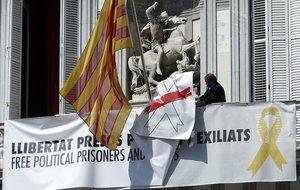 Retirada de las pancartas de la Generalitat.