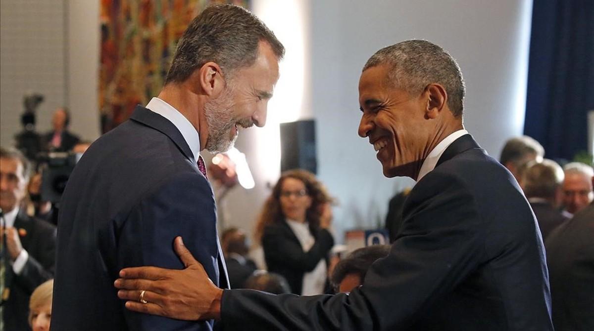 El Rey saluda al presidente de EEUU, Barack Obama, este martes.