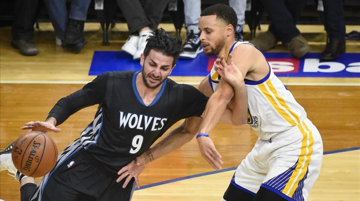 Ricky Rubio trata de penetrar a canasta ante Stephen Curry.