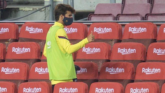 Riqui Puig, en la grada del Camp Nou durante el partido de Liga contra el Athletic.