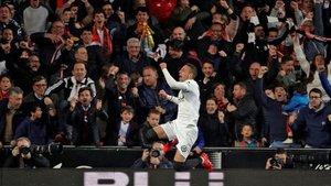 Rodrigo celebra el gol que mete al Valencia en la final de Copa.