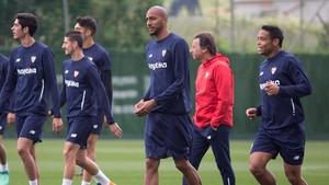 Los jugadores del Sevilla se ejercitan en el entrenamiento de este viernes en Marbella.
