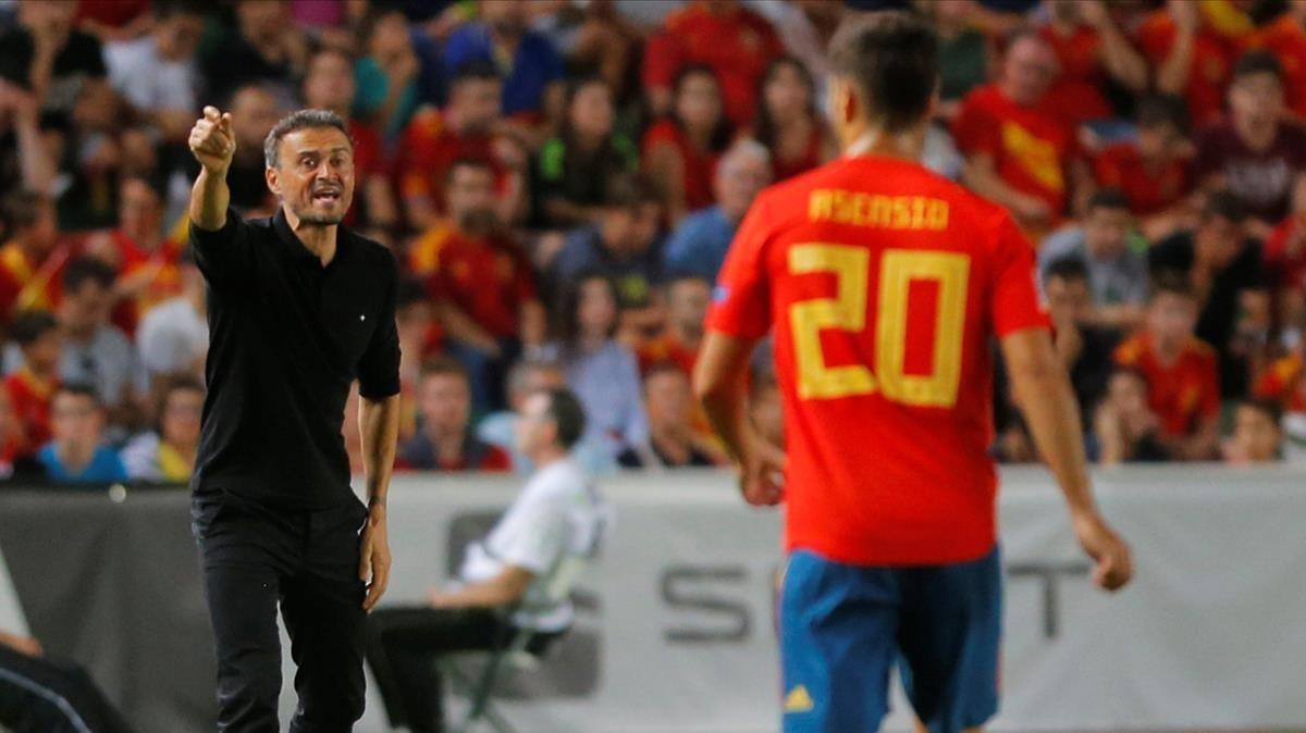 El seleccionador Luis Enrique da instrucciones durante la goleada a Croacia.