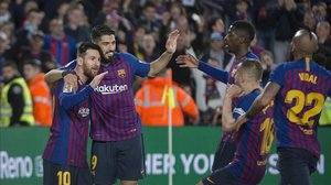 Messi celebra su gol de este sábado junto a Suárez y otros compañeros.