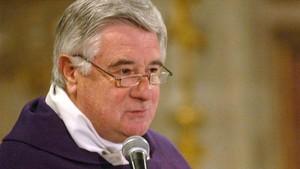 Fotografía de archivo de agosto de 2008 que muestra al sacerdote Cristian Precht en la misa de un funeral en Santiago de Chile.