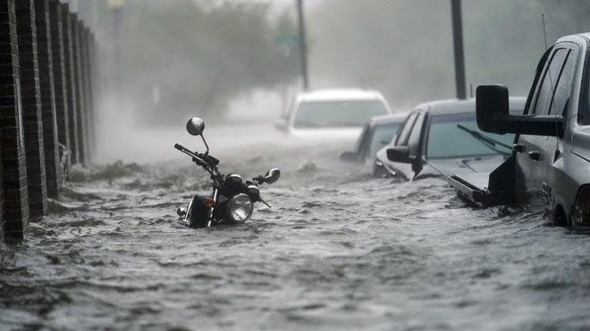 'Sally' se reduce a tormenta tropical y provoca inundaciones catastróficas. En la foto, una calle inundada en Pensacola, una de las localidades más afectadas por el paso de 'Sally'.
